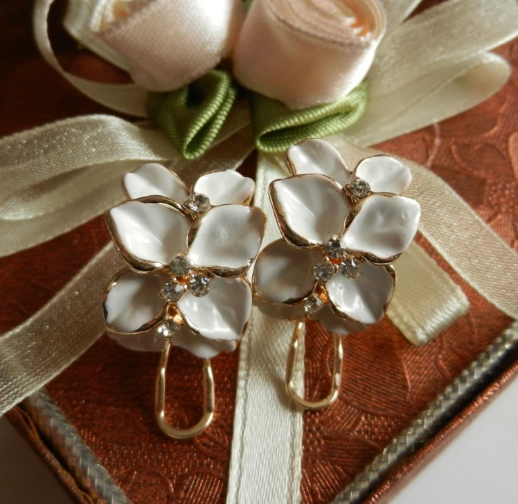 Clover Flower Earrings Rice White